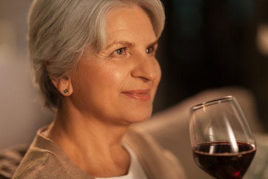 Kvinde med et glas alkoholfri vin